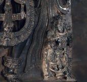 Selectieve nadruk op Indische god Parvati in donkere de 12de eeuwtempel Hoysaleswara, India De tempel werd gebouwd in 1150 Stock Foto