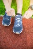 Selectieve nadruk op overschoen, één vet vrouwenbegin die voor gezond in groen gras lopen, die oefening aanstoten bij alleen park royalty-vrije stock afbeeldingen