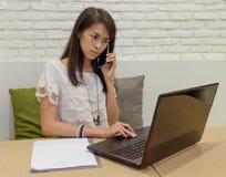 Selectieve nadruk op Thaise volwassen vrouwen die met laptop thuis werken Stock Afbeelding