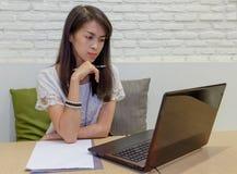 Selectieve nadruk op Thaise volwassen vrouwen die met laptop thuis werken Royalty-vrije Stock Afbeeldingen