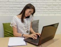 Selectieve nadruk op Thaise volwassen vrouwen die met laptop thuis werken Royalty-vrije Stock Afbeelding