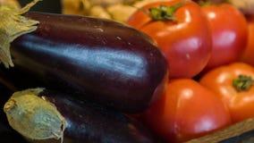 Selectieve nadruk op verleidende tomaten en aubergine stock video