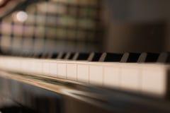 Selectieve nadruk van de achtergrond van het pianotoetsenbord Piano dichte omhooggaand, pianoklappen Stock Foto's