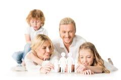 selectieve nadruk van gelukkige jonge ouders en jonge geitjes met document familiemodel stock foto