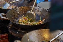 Selectieve nadruk van het koken van Zode van Stootkussen de Thaise Goong in pan, Gebraden noedel Thaise stijl met garnalen royalty-vrije stock fotografie