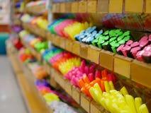 Selectieve nadruk van kleurenpennen op planken in een stationaire winkel royalty-vrije stock afbeelding