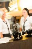 Selectieve nadruk van koffiemokken in koffie Stock Foto's