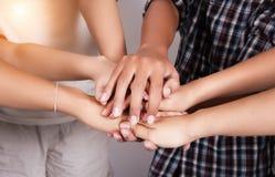 In selectieve nadruk van samen gestapeld handgroepswerk, het Toetreden werken de concepten van het teamwerk, project samen Stock Foto