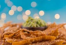 Selectieve Nadruk van Tortillaspaanders met Guacamole op Achtergrond stock foto's