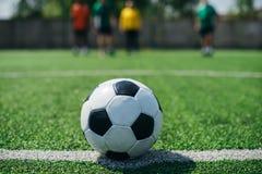 selectieve nadruk van voetbalbal en spelers op groen stock afbeelding