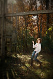 Selectieve Nadruk van vrouw op schommeling, de herfst royalty-vrije stock fotografie