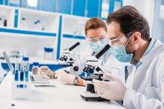 selectieve nadruk van wetenschappers in het medische maskers werken royalty-vrije stock afbeelding