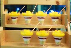 Selectieve nadrukfoto van de Seizoengebonden Tropische romige kleinigheid van het Mangofruit in mooie glazen met verse rijpe frui stock foto's