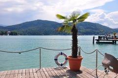 Seledyn jezioro z wyspą i kościół w Austria zdjęcia royalty free