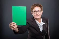 Selekcyjna ostrość biznesowy starszy damy mienia zieleni karton zdjęcie stock