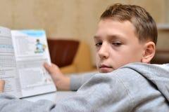 Selekcyjna ostrość chłopiec uczenie dlaczego pisać jego imieniu, dzieciak nauka w domu, dzieci robi pracie domowej w domu, pojęci Fotografia Stock