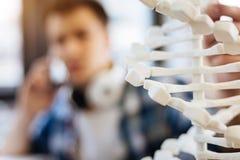 Selekcyjna ostrość DNA model egzamininuje mądrze uczniem Zdjęcia Stock