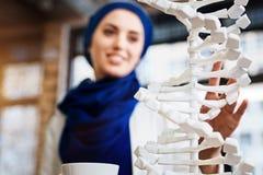 Selekcyjna ostrość DNA model w rękach muzułmański uczeń Obrazy Royalty Free