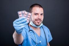 Selekcyjna ostrość jest ubranym pętaczki pokazuje pastylki lekarka pokrywa pęcherzami Zdjęcia Royalty Free