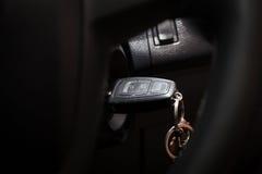 Selekcyjna ostrość klucz zaczyna silnika samochód Obrazy Stock