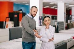 selekcyjna ostrość męski klient i sklepowy asystent w białym żakiecie w meble robimy zakupy z ustawionym zdjęcia royalty free