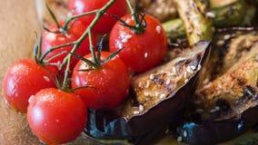 Selekcyjna ostrość na apetycznych piec na grillu warzywach zbiory wideo
