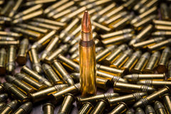 Selekcyjna ostrość na pojedynczym 223 kaliberów pocisku Obrazy Stock