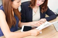 Selekcyjna ostrość na rękach Azjatycka inwestorskiego advisor kobiety analiza i strategia na mapach zdjęcie royalty free