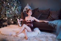 Selekcyjna ostrość na uśmiechniętej pięknej kobiecie jest ubranym ładną wieczór suknię, gratulowanie i my z nowym rokiem zdjęcie stock