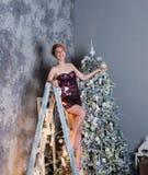 Selekcyjna ostrość na uśmiechniętej pięknej kobiecie jest ubranym ładną wieczór suknię, gratulowanie i my z nowym rokiem zdjęcia stock