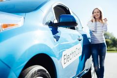 Selekcyjna ostrość nowy electro samochód zdjęcia stock