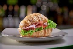 Selekcyjna ostrość ostatnio przygotowany smakowity croissant w kawiarni zdjęcia royalty free