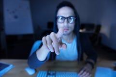 Selekcyjna ostrość palec naciskający ekran Zdjęcia Royalty Free