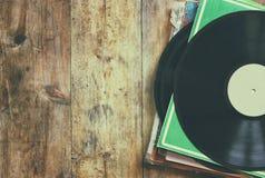 Selekcyjna ostrość rejestr sterta z rejestrem na wierzchołku nad drewnianym stołem Rocznik filtrujący obraz stock