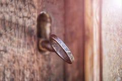 Selekcyjna ostrość, stary keyhole i klucz na drewnianym antykwarskim drzwi, rocznika koloru brzmienia proces zdjęcia stock
