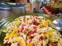 Selekcyjna ostrość tuńczyk sałatka z świeżym kolorem żółtym i rozsady w restauracji zielone dzwonkowych pieprzy, pomidoru, cebuli obrazy stock