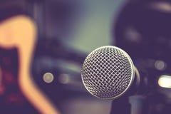 Selekcyjnej ostrości mikrofonu i plamy gitary elektrycznej tło Fotografia Stock