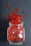 Selekcyjnej ostrości Organicznie Różowy Peppercorn w szklanym słoju Zdjęcie Royalty Free