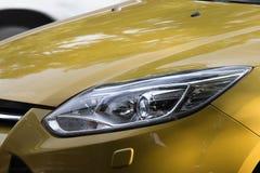Selekcyjnej ostrości reflektory, Samochodowi światła, Żółty samochód Fotografia Royalty Free