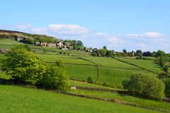 selekcyjnej ostrości widok wioska midgley w zachodzie - Yorkshire z otaczanie zieleni domami wiejskimi w wiosny pennine i polami zdjęcie royalty free