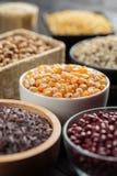 Selekcyjnej ostrości kukurydzany grian w pucharze Zdjęcia Stock