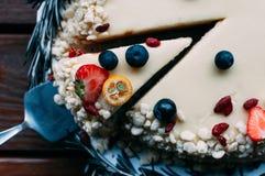 Selekcyjny makro- ostrość tort z jagoda białym glazerunkiem obraz royalty free
