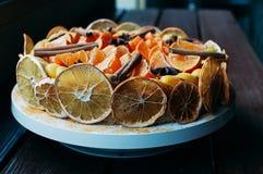 Selekcyjny makro- ostrość weganinu cytrusa tort z pikantność kolorowymi obraz stock