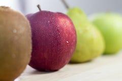 Selektiv fokus av Apple, kiwi- och päronfrukter arkivbilder