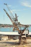 Selektiv fokus av den gamla kranen på päfyllningsvarven Historisk struktur av den gamla kranen med lantligt på port royaltyfria foton