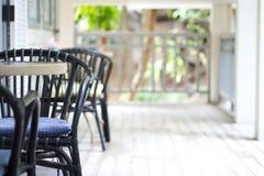 Selektiv fokus av den tomma tabellen och stolar med sidosikt i terr Royaltyfria Bilder