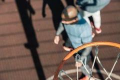 Selektiv fokus av en basketcirkel ovanför jordningen royaltyfri bild