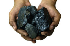 Selektiv fokus av kol i händer för arbetar` s arkivfoton