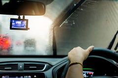Selektiv fokus av kvinnan som kör en bil med regnlilla droppen på vind fotografering för bildbyråer