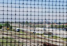 Selektiv fokus av porten med drevbussgaraget och Milan arkivfoton